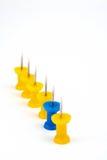Personas amarillas con el foco en el azul del arranque de cinta Foto de archivo
