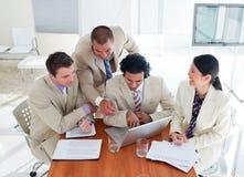 Personas ambiciosas del asunto que tienen una reunión de reflexión Foto de archivo libre de regalías