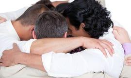 Personas confidentes del asunto que se abrazan Fotografía de archivo libre de regalías