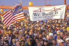 800.000 personas cruzan puente Golden Gate en el aniversario de los puentes 50.os, San Francisco, California Imagen de archivo