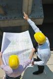 Personas de arquitectos en sitio del construciton Fotos de archivo libres de regalías