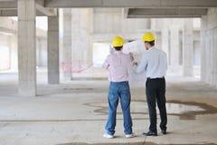 Personas de arquitectos en sitio del construciton Imagen de archivo libre de regalías
