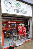 Personas de Ferrari que preparan el coche de Felipe Massaâs Imagenes de archivo