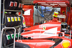 Personas de Ferrari que preparan el coche de Felipe Massaâs Foto de archivo