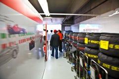 Personas de Ferrari que preparan el coche de Felipe Massaâs Imágenes de archivo libres de regalías