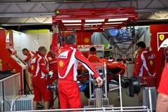 Personas de Ferrari que preparan el coche de Felipe Massaâs Imagen de archivo libre de regalías