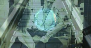 Personas de la composición dos de Warehouse en el almacén combinado con la animación de un robot y almacen de metraje de vídeo