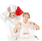 Personas de los cocineros que preparan el pollo sin procesar Foto de archivo libre de regalías