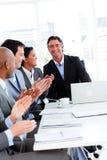 Personas de los hombres de negocios acertados que aplauden Imagen de archivo libre de regalías