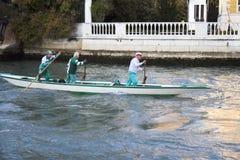 Personas de rowers en Venecia. Foto de archivo libre de regalías