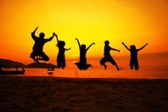 Personas de salto acertadas Imagenes de archivo
