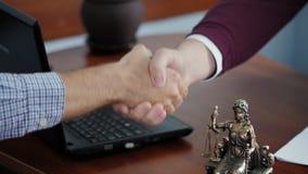 Personas del apretón de manos dos en el primer de la oficina almacen de metraje de vídeo