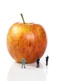 Personas del asunto con una manzana Fotos de archivo