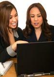 Personas del asunto de las mujeres que señalan en la computadora portátil Fotos de archivo