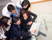Personas del asunto en el ordenador Foto de archivo libre de regalías