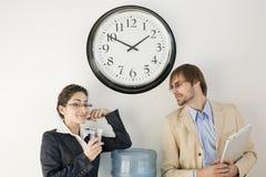 Personas del asunto en el refrigerador de agua Fotografía de archivo libre de regalías