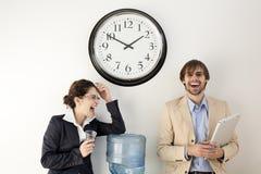 Personas del asunto en el refrigerador de agua Foto de archivo libre de regalías