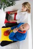 Personas del asunto en el sofá Fotos de archivo libres de regalías