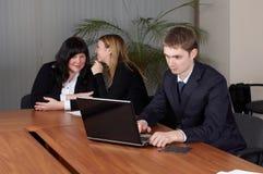 Personas del asunto en oficina Fotos de archivo libres de regalías
