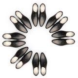 Personas del asunto Men& x27; los zapatos de s están situados bajo la forma de círculo Un par está ausente Imagen de archivo