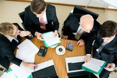 Personas del asunto que discuten varias ofertas Foto de archivo libre de regalías