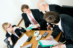 Personas del asunto que discuten varias ofertas imagen de archivo libre de regalías