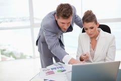 Personas del asunto que trabajan en resultados de la encuesta Imagen de archivo libre de regalías