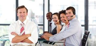 Personas del asunto que trabajan en un centro de atención telefónica Imagen de archivo libre de regalías