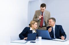 Personas del asunto que trabajan junto en oficina Imagenes de archivo