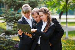 Personas del asunto usando la computadora portátil Foto de archivo libre de regalías