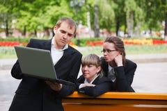 Personas del asunto usando la computadora portátil Fotografía de archivo libre de regalías