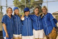 Personas del beísbol con pelota blanda de las mujeres en campo Fotos de archivo libres de regalías