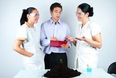 Personas del biólogo que tienen discusión en laboratorio Imágenes de archivo libres de regalías