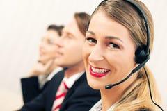 Personas del centro de atención telefónica Imagen de archivo