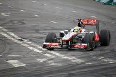 Personas del coche de carreras de McLaren fotografía de archivo libre de regalías