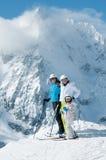 Personas del esquí de la familia fotografía de archivo