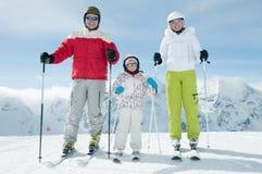 Personas del esquí de la familia Fotos de archivo libres de regalías