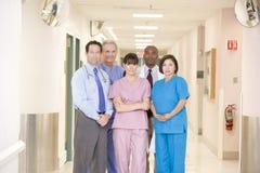 Personas del hospital que se colocan en un pasillo Imagenes de archivo