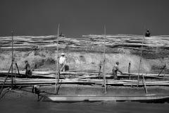 03, 2015 personas en el tonle socavan el lago Camboya Fotografía de archivo