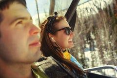 Personas felices de la snowboard Fotos de archivo