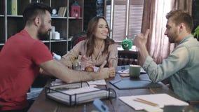 Personas felices del asunto Concepto del éxito de asunto Reunión de negocios acertada almacen de video