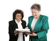 Personas femeninas del asunto - emocionadas imagen de archivo