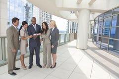 Personas interraciales del asunto con el ordenador de la tablilla Foto de archivo