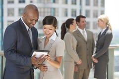 Personas interraciales del asunto con el ordenador de la tablilla Imagen de archivo libre de regalías