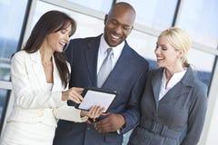 Personas interraciales del asunto usando el ordenador de la tablilla Fotografía de archivo libre de regalías