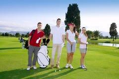 Personas jovenes de los jugadores del grupo de la gente del campo de golf Imagen de archivo libre de regalías