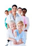 Personas médicas atentas que toman cuidado de un mayor