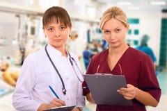 Personas médicas femeninas en ICU Imagen de archivo libre de regalías