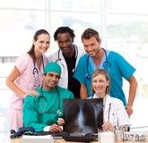 Personas médicas que examinan una radiografía y una sonrisa Imagen de archivo