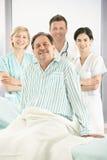 Personas médicas sonrientes con el paciente Fotos de archivo